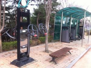 Trainingsmöglichkeiten für jung und alt in einem Park in Süd-Korea